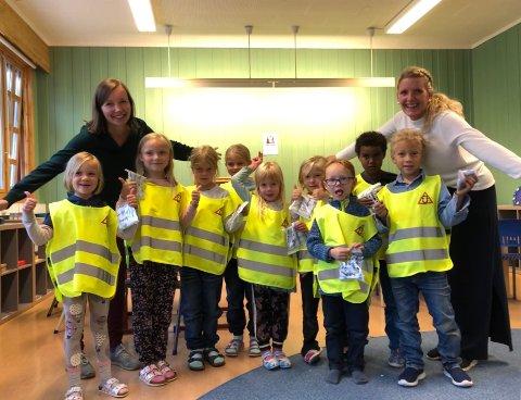 SYNES I MØRKET: Førsteklassingene ved Ulnes Montessoriskule var godt fornøyde med refleksvestene de av Gunhild Rogstad Storsæter (bak f.v.) og Nina Stensæter fra Kraftriket.