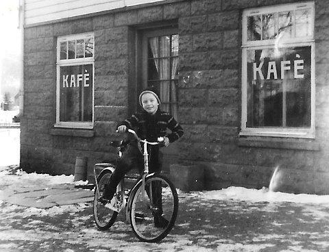 HJEMME: Egil med sykkelen i 1954 utenfor kafeen, som mora og faren drev fram til 1966.