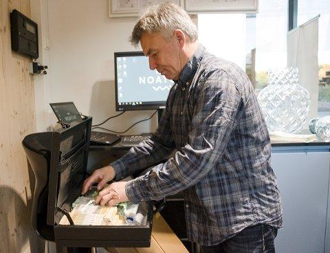 VELFYLT: Norges Banks Stein Erik Holen hadde med seg hele 550.000 kroner i kofferten til RS Noatun torsdag.