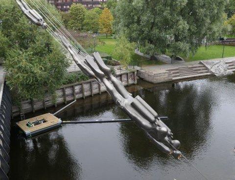 SAMLER SØPPEL: Elveoppsamleren som ligger ved Vaterlandsbroen ligger ute hele tiden og bruker ingen energi.