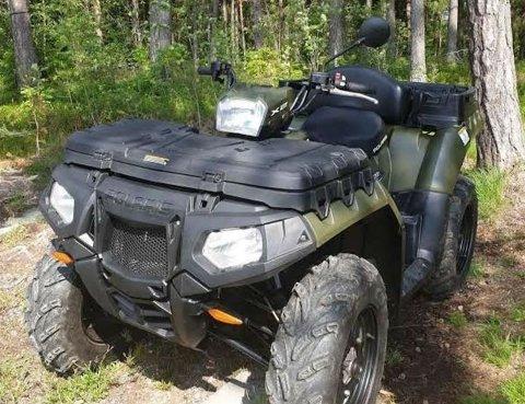 ETTERLYST: Denne ATV-en ble stjålet fra Digerud Grendehus natt til mandag. Kjøretøyet har ikke kommet til rette. Nå ønsker eieren tips fra folk som har passert stedet,