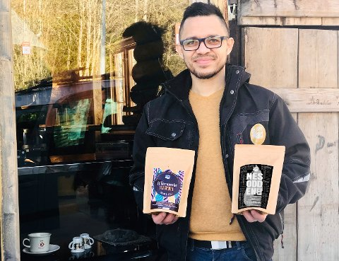 Carlos Amortegui er opptatt av at kaffen fra Su Casa Coffee skal komme fra et bærekraftig landbruk og at de som har produsert den får bærekraftig lønn. (Klikk på pilene for å se flere bilder!)
