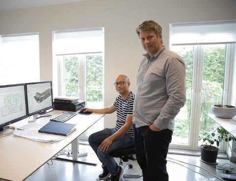 TEGNER FLEKSIBLE BOLØSNINGER: Teknisk Tegner Nhohel Ratuita og Sivilarkitekt Steffen Emhjellen tegner fleksible boløsninger. Her er tegningene fra prosjektet i Trøgstad.