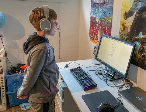 Eljar Dahl Blekken har sanglærer Lone Eines på PC-skjermen når de møtes til sangundervisning. Her øver han på en tekst han har fått av henne. (Foto: Privat)
