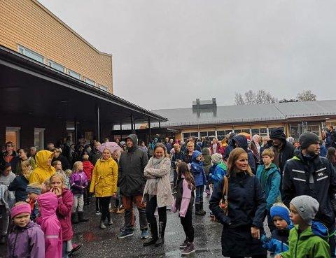 En grå og regnfull dag stoppet ikke folk i å komme på barneskolens høstmarked.