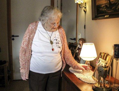 TENNER SEG SJØLV: Lampa i gangen tenner seg sjølv når sensoren i senga gir beskjed om at Sigrid har stått opp.