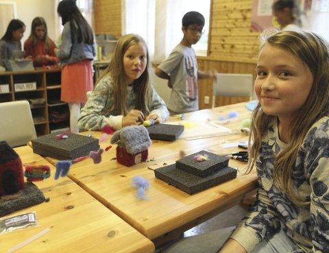 NÅLEFILTING: Emma (7. kl) og Marta (6. kl) på Byrknes skule lagar hus til ullbyen. Klær til tørk på snora mellom husa har dei og.              foto Randi Bjørlo