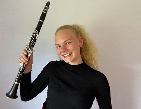 Kvart år blir 10-15 personar valt til å spele klarinett i musikktroppen.I år er Stina (18) frå Frekhaug ei av dei.