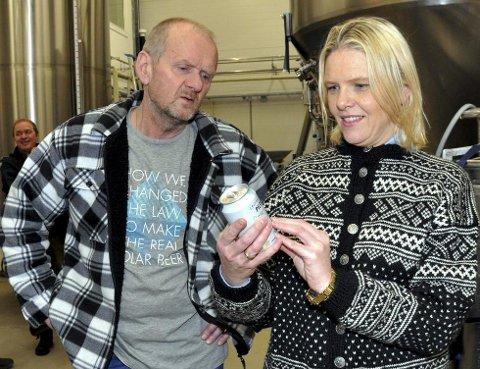 Sylvi Listhaug går god for ølet etter å ha fått en prøvesmak på bryggeriet. (Foto: Helge Rønning Birkelund, ANB)