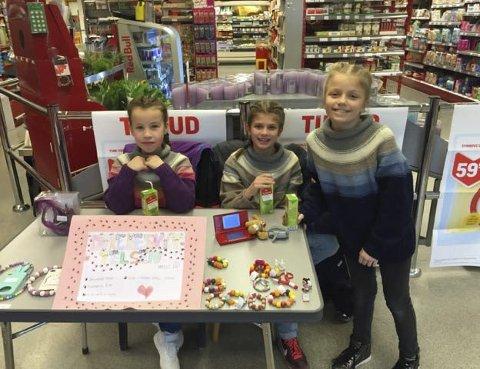 I aksjon: I tre timer satt jentene på nærbutikken og solgte hjemmelagde armbånd og smykker. Foto: Privat