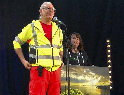 Fikk pris: Karl Eirik Berntzen takket for hedersprisen han og resten av styret i Hamarøyhallen SA fikk. Foto: Øyvind A. Olsen