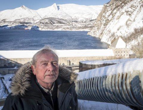 Roy Nystad (70) ved rørgata som ble sprengt under Operasjon Muskedunder i september 1942.