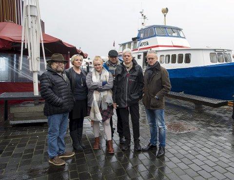 Forfatter Stig Holmås holdt mandag appell for at fylkeskommunen skal beholde bokbåten Epos. Agathe Gausereide, Ritha Helland, Thomas Brevik, Chris Tvedt og Gunnar Staalesen står alle sammen i kampen mot nedleggelse av båten.