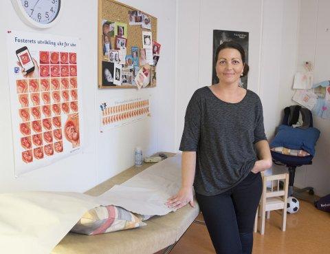 Jordmor Kristine Viste ved Solheimsviken helsestasjon forteller at det er få gravide de får til kontroll som snuser. – Men de som snuser er de yngste gravide. Og overraskende mange av dem kjenner ikke til risikoene ved å snuse når man er gravid, sier hun.