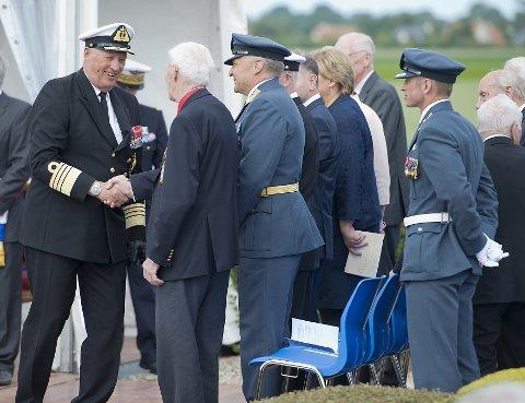 Kong Harald hilser på Wilhelm Mohr i Normandie.