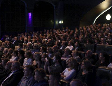 Stavanger og Oslo har lenge hatt alkoholservering på utvalgte kinovisninger. Bergen Kino sier til BA at de jobber med ulike løsninger.