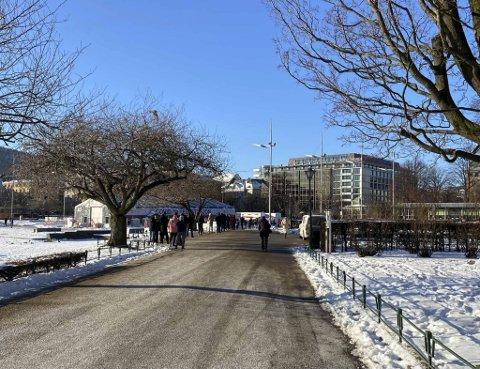 Testkøen strakk seg langs langsiden av Lille Lungegårdsvann mandag ved 1230-tiden.