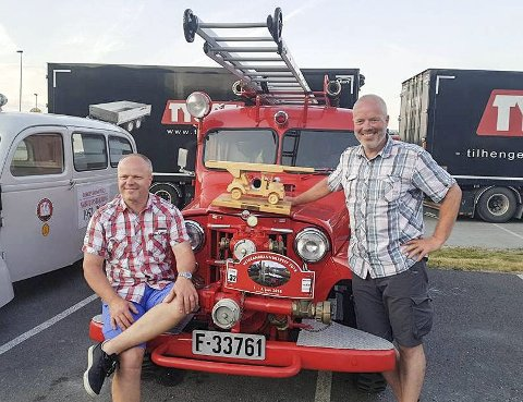 Gjevt: Øyvind (t.v.) og Svein Erik Thon er glade for anerkjennelsen veteranbrannbilen fra Modum fikk i Skien i helgen.               foto: Privat