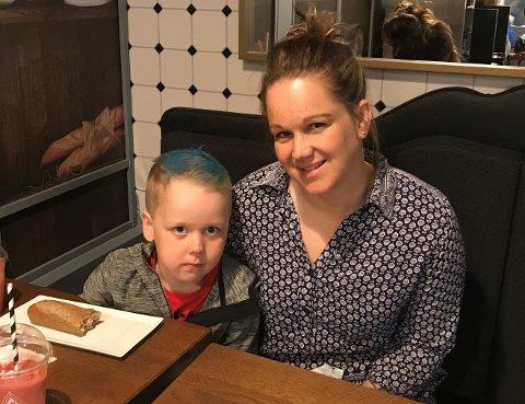 Første frisørbesøk: Marius Berg (4) var med mamma Heidi Berg til frisøren for aller første gang fredag. Etterpå ble det kafe-besøk.