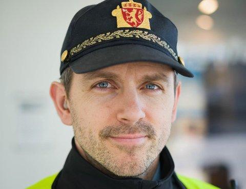 ALTFOR FORT: Kåre Toreid og florøpolitiet stogga i går ein bilist i heile 140 kilometer i timen på Riksveg 5.