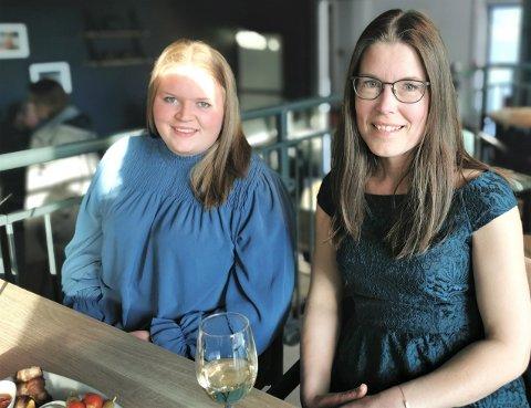 SOSIALT: Kjersti Yndestad (f.v) og Anne Oberdevest synest det var kjekt å samle seg og reise på musikkquiz etter gammalt.