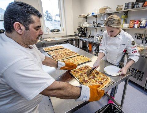 Praksis: Leith Alkhagani er en av FRIS-elevene som har språkpraksisplass i kantinen. Her med kokk Jeanette Mathisen.