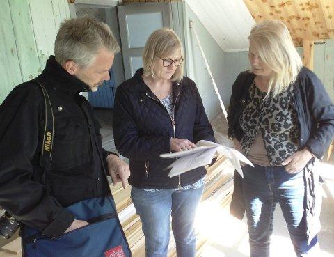FARGEDISKUSJON: Konservator Stefan Ädel drøfter farger på maling og tapet med Hanne Ørdal (i midten) og Marianne Antonsen.