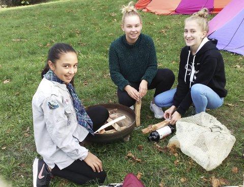 SPEIDERKLASSIKER II: Alaa Raad (t.v.), Sara Hermansen og Linea Arvesen lærer seg å tenne bål på ekte speidervis.