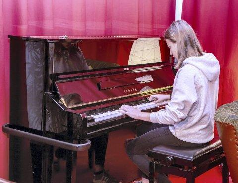 SOLOSPILL: Nikoline fremfører et par numre på piano. Dette er hennes debut på Ung Scene på St. Croix-kafeen.