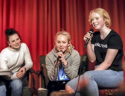SAMMEN ER VI sterke: Kine (i midten) tør å gå på scenen og synge da hennes venninner blir med. Etter hvert synger alle sammen.