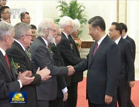 Ærefullt. Nils Chr. Stenseth fikk hilse på den kinesiske presidenten Xi Jinping under seremonien i Folkets store sal i Beijing.
