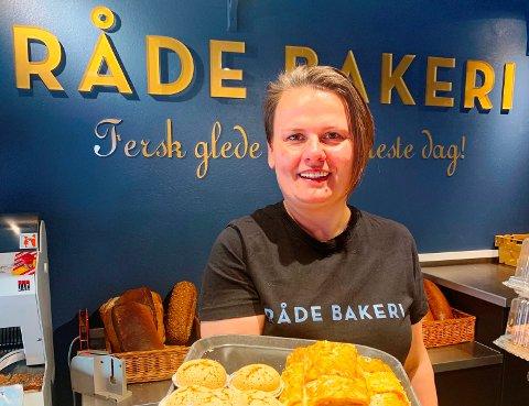 BRA RESULTAT: Linda Fredriksen, daglig leder i Råde Bakeri  utsalg, er fornøyd med det regnskapsmessige resultatet i 2019. –Vi holdt budsjettene våre, og det er jo bra, sier hun.