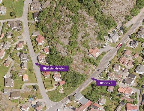Det er på dette fjellet i krysset mellom Bjerkelundsveien  og Storveien på Gressvik at en utbygger fikk nei til dispensasjon for å sette opp tre eneboliger. Kommunen krevde reguleringsplan, noe utbygger nå opplyser at han skal utarbeide.