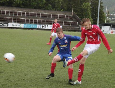 SCORET: Øyvind  Normann Storsveen, i rødt,  scoret i storseier for Mjølner 2. Trolig vil 5.divisjon bli avgjort i siste serierunde - Beisfjord møter Mjølner.