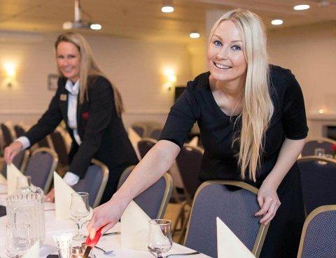 Glad: Hotelldirektør ved Thon Hotel Narvik, Marlene Storeng Pedersen (t.h) er glad for å snart kunne åpne dørene igjen.