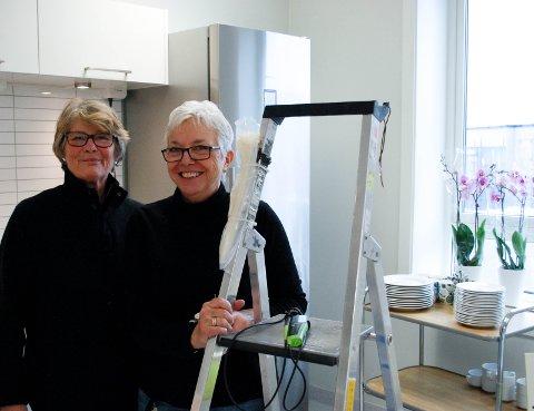 STÅR PÅ: Sammen med de andre ansatte gjør Rita Baggethun og Astrid Hæhre den nye legevakta klar til bruk.
