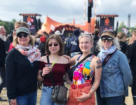 GENERASJONSMØTE: Gro Moen,  Marie Førsund, Annie Josefin Forsberg og Mette Faanes tilhører forskjellige generasjoner, mens hortenskvinnene har alle kjærlighet til Roskilde-festivalen.