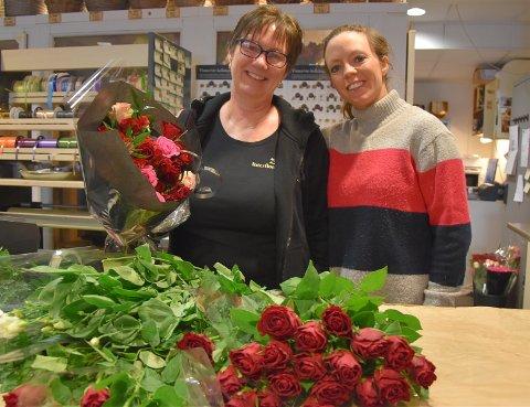 SELGER GODT: Butikkeier Ine Engen og daglig leder Desiree Goodwin Olsen i Blomsterhjørnet har nok å henge fingrene i under Valentinsdagen.