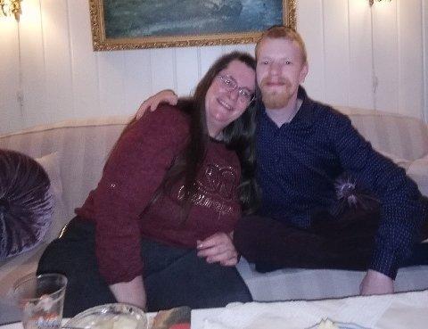 MISTET SØNNEN: Dette bildet ble tatt i jula 2020, da Toni André var hjemme på juleferie. Her er han avbildet sammen med moren Marianne hjemme hos mormor.