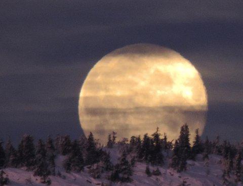 5. MÅNE: Morgenmånen går ned bak Kvitfjell. Foto: Egil Mjogdalen, Fåvang