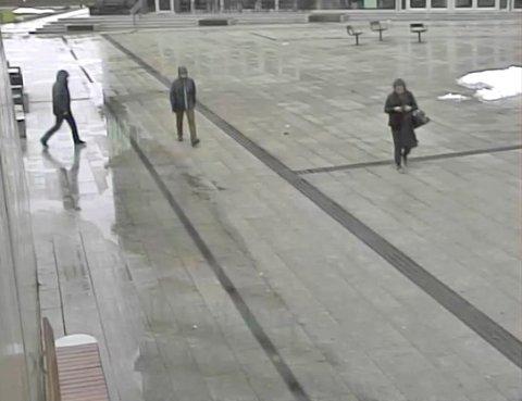 Politiet gikk i juli ut og sa at de ønsket å komme i kontakt med mannen med hette midt i bildet. Foto: Politiet / NTB