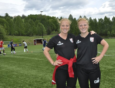 FORNØYDE: Stina (til venstre) og Guro Næss Berge trives som trenere for Lunner-gutta.