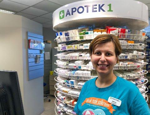 VAKSINER: Farmasøyt Irena Miladinovic ved Apotek 1 Gran kan tilby nødvendige vaksiner.