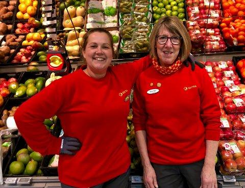 KOLLEGER: – Denne dama vil jeg ikke miste på mange år, sier butikksjef på Extra på Gran, Anita Eilertsen (til venstre) om Bjørg Kari Granlund.