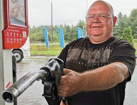 PRISBEVISST: - Jeg prøver å fylle tanken når drivstoffprisene er på sitt laveste, sier Geir Helge Nilsen.