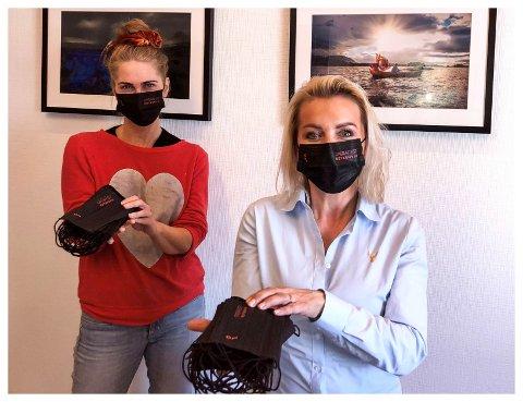 MUNNBIND: Line Biagio Solvang (til høyre) har levert 5000 svarte munnbind til Operafest Røykenvik, her representert ved Eli Kristin Hanssveen.