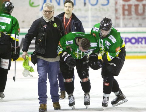 Fredrik Olsson måtte hjelpes av isen etter smellen mot M/S i mars.