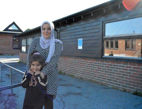 SPENT: Både mor og datter var veldig spente på første skoledag. Mamma Abir Almajali med datteren, og skolestarter Fatima Alzahraa Alsaabi.