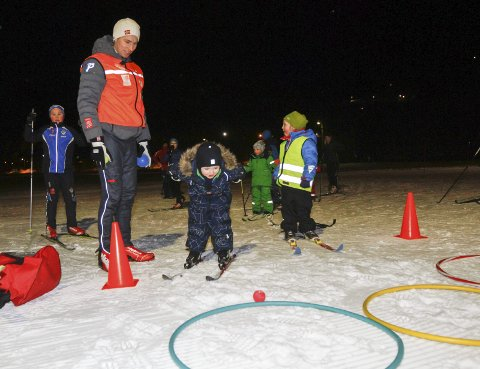 TREFF: Joakim Klaussen Aakvik på stasjonen der det gjaldt å treffe ringer med ball. – Vi har gjort mye mer enn å gå på ski i løypa, sier han.