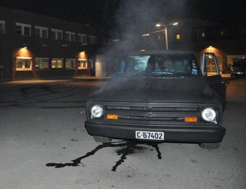 Chevroleten til Jonny Nilsen kokte etter børningen utenfor kinoen i Alta i forbindelse med premieren av «Børning 2» onsdag.